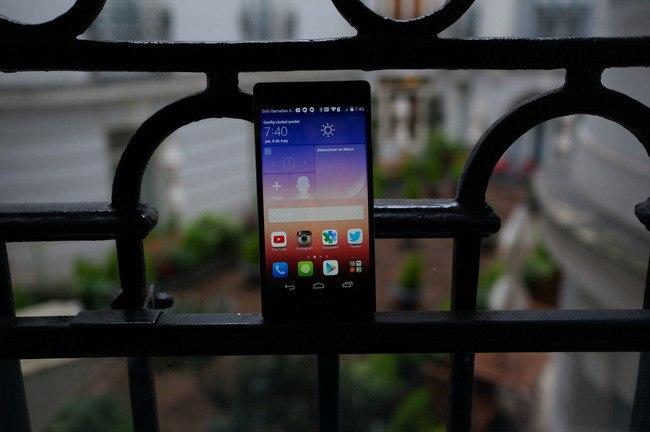 Si hay una marca que continuamente está innovando y que continuamente, aunque esto pueda parecer complicado, está sorprendiendo, esa es Huawei. Y es que la marca china, con cada nuevo terminal que lanza al mercado, consigue seguir con los aspectos positivos de su línea pero, al mismo tiempo, logra pulir algunos errores. Es por ello por lo que, en un primer momento, este Huawei Ascend P7 nos parece un Smartphone que, con el paso del tiempo, dará mucho de qué hablar. Para empezar, hay que decir que, con respecto a su antecesor, el Huawei Ascend P6, este terminal consigue ser un poco más delgado. De hecho, llega a los 6,5 mm. Y todo ello con un peso, también muy ligero, de tan solo 124 gramos. Pero, no todo es tamaño y peso ya que si nos fijamos un poco más nos encontramos con una pantalla full HD, de 5 pulgadas y que, esto es una novedad, integra una cámara, la cual, está optimizada para los selfies. Como se puede ver, este Huawei está pensado sobre todo para el entretenimiento. Un concepto que, lo queramos o no, no solo está muy de moda sino que también es algo que se va a mantener con el paso del tiempo. Y es que los dispositivos móviles cada vez se utilizan más para el ocio. Sin embargo, y a pesar de que sabemos algunos datos, como pueda ser el caso de la batería, la cual, tendrá una capacidad de 2.500 mAh, tenemos que decir que en cuanto al procesador y la memoria aún no sabemos nada. Una falta de información que no empaña las buenas impresiones iniciales que nos llevamos de este nuevo terminal de la compañía Huaewi. Seguiemos informando con todo lujo de detalles sobre este terminal de la gama P de la compañía china. Fuente | http://www.xatakandroid.com/moviles-android/huawei-ascend-p7-primeras-impresiones