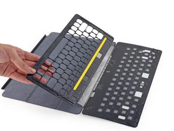 Desarmado del teclado inteligente de un iPad Pro muestra tejido conductor, con teclas de diseño basado en la MacBook