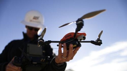 Drone manipulado por persona