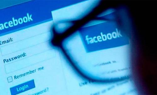 """Facebook niega el filtrado de noticias conservadoras en su sección """"Tendencias""""."""