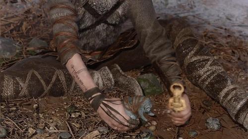El niño tiene tatuajes rúnicos en su antebrazo y parte posterior de la mano