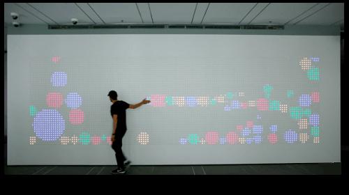 El resultado de esta idea es una pantalla interactiva de botónes de colores